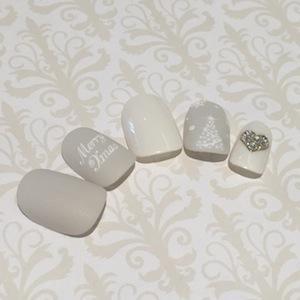 シンプルな白ネイルにハートのホログラムが可愛すぎる!